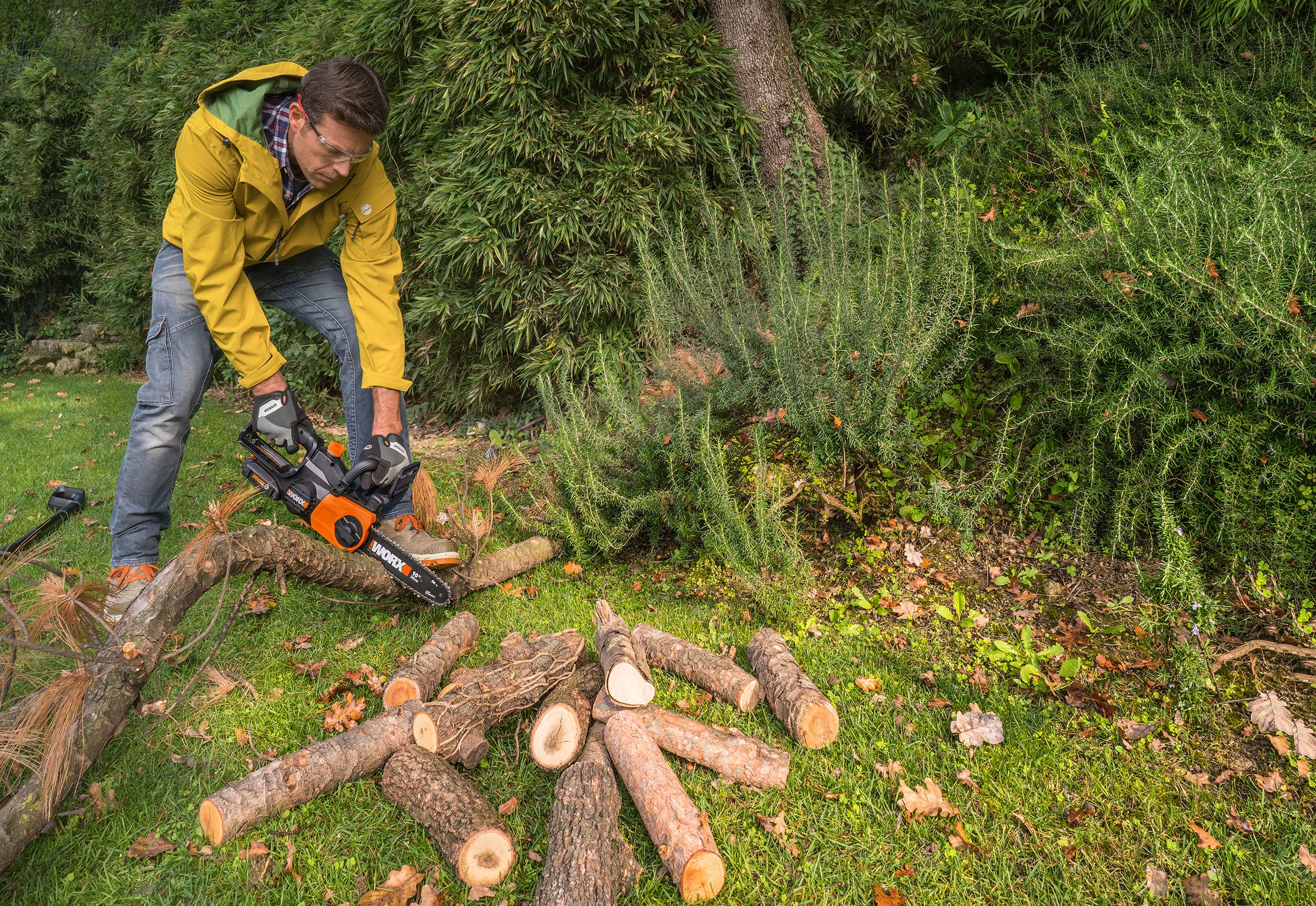 Worx_WG322_Chainsaw_ManCuttingLogs